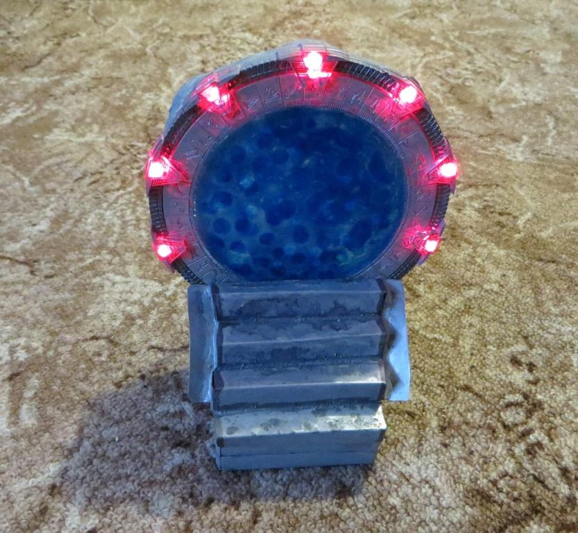 Model brány s rozsvícenými chevrony