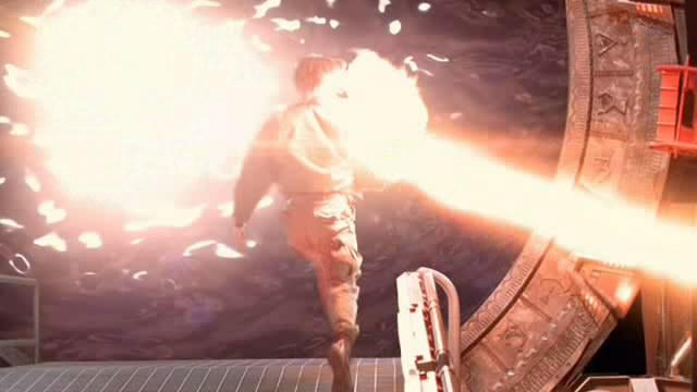 Daniel dostává zásah tyčovou zbraní od Teal'ca