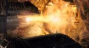 Zapnuté motory raketoplánu ničí dveře hangáru