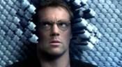 Replikátor Carterová se snaží získat informace od Daniela