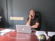 Binder usazený ve své nové kanceláři
