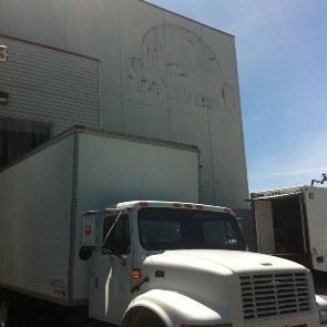 Odstraněná logo Stargate se stěhovacím autem