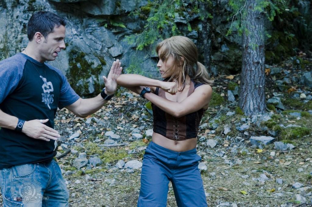 Koordinátor akčních scén Atlantis, James Bamford, trénuje s Rachel na zdokonalení jejích bojových pohybů
